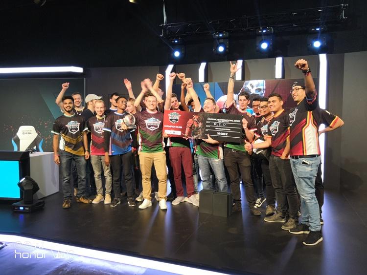 Team R.E.D夺得了第一届的Modern Combat Versus honor International Series eSports赛会总冠军!成功获得10000欧元以及每人一架honor V10新手机!
